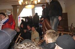 """У Луганську вирішили  протидіяти сепаратизму. """"Губернатора""""  СБУ повезла до  палати, але стриптизерка Антимайдану втекла"""
