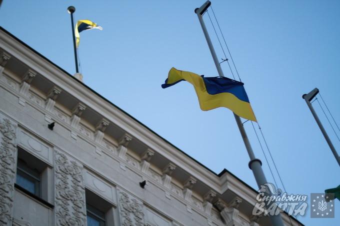 Біля Харківської міскради приспущено прапори. Над ними зав'язані чорні стрічки