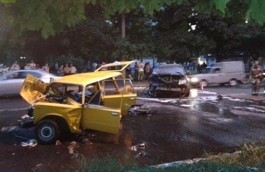 ДТП на Салтівці: рятувальникам довелося вирізати водія з машини