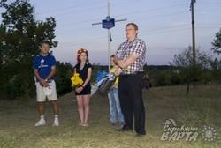 В Лозовій місцеві активісти відзначили День Незалежності велопробігом та покладанням квітів доХреста-пам'яті «Героям України»