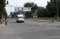 Луганськ. У місті багато цивільного транспорту, великі черги за хлібом