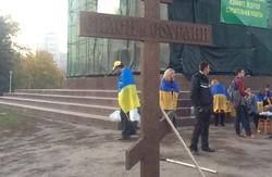 Біля колишнього пам'ятника Леніну в Харкові знову встановили хрест