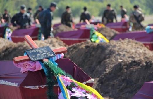 У Дніпропетровську поховали більше 300 загиблих під Іловайськом героїв