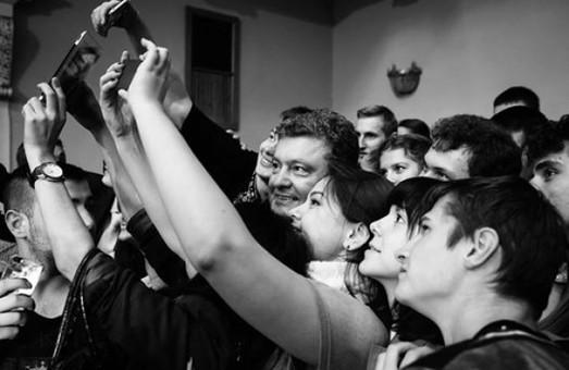 У Дніпропетровську Порошенко співав гімн і робив селфі зі студентами (фото,відео)