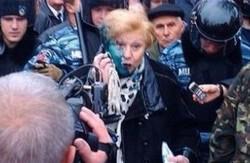"""У Харкові """"Правий сектор"""" не дав провести мітинг комуністам, а першого секретаря КПУ облили зеленкою (відео)"""