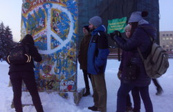 На площі Свободи виставили копію фрагменту Берлінської стіни (фото)