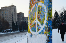 Майстер пензля та фотограф Ханс Мартін Фляйше встановив у Харкові макет Берлінської стіни (відео)