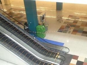 У торговельному центрі на Олексіївці знайшли підозрілу коробку: співробітники і клієнти евакуйовані (фото)