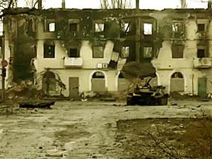 Мертвий Вуглегірськ: розбиті будинки, згорілі танки і безлюдні вулиці (відео)