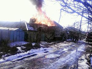 Луганськ знову під обстрілом – горять будинки в Камброді (фото)