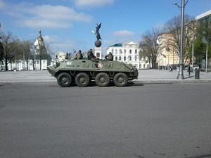 Вулиці Харкова патрулюють БТРи. Площа Свободи перекрита (фото)