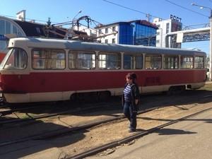 Біля станції метро «Київська» зійшов з рейок трамвай (фото)
