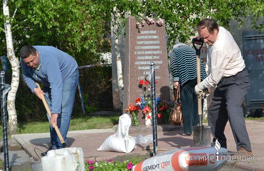 Волонтери в Харкові навели лад біля пам'ятника загиблим в'язням Холодногірського концтабору (фото)