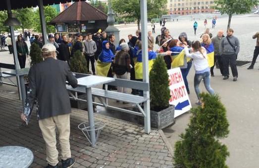 На пл. Свободи облили кефіром проросійських активісток (фото)