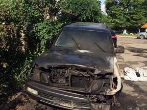 У центрі Харкова спалили Lexus LX 470 (фото)