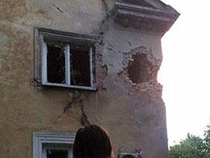 Під Донецьком снаряд пробив стіну житлового будинку (фото)