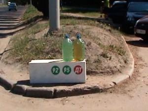 Харків'яни продовжують торгувати незаконним бензином (фото)