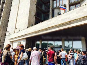 Мирні жителі Донецька вийшли до «будинку уряду» з вимогою припинити війну (фото, відео)