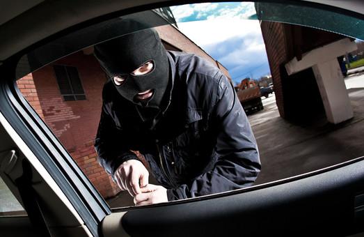 Правоохоронці затримали банду, яка краде з автомобілів цінні речі