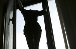 У с. Залютине жінка викинулася з вікна
