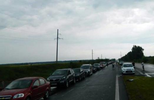 На трасі Маріуполь-Донецьк в черзі під Волновахою стоять сотні машин