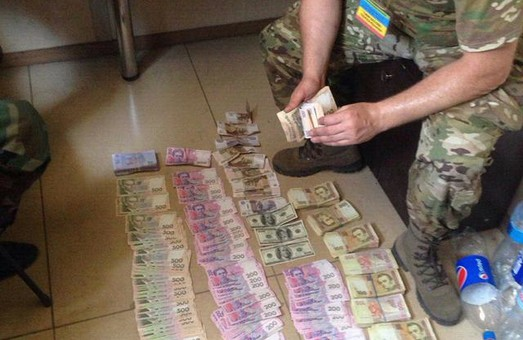 Податківці вилучили близько півмільйона гривень, які намагалися вивезти з окупованих територій (фото)