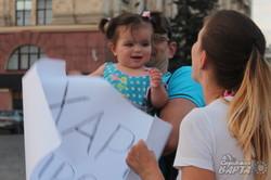 На площі Свободи пройшла акція в підтримку мешканців Маріуполя (фото)