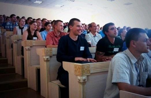 яценюк оглядає класи, де вчать фахівців нової патрульної служби
