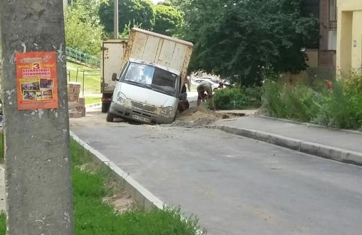 авто ледь зникло під землею