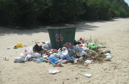 сміття на пляжах безлюдівки
