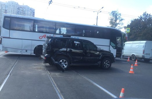 позашляховик врізався в автобус на перехресті Гагаріна та Кірова