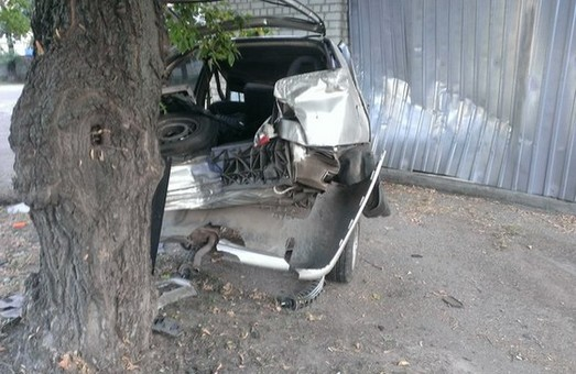 іномарка врізалася в дерево