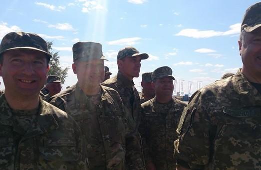 порошенко разом з військовими оглядає частину під чугуєвом