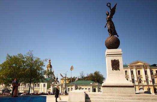 """""""україна, що летить"""", монумент, який встановили до дня міста у 2012 році"""