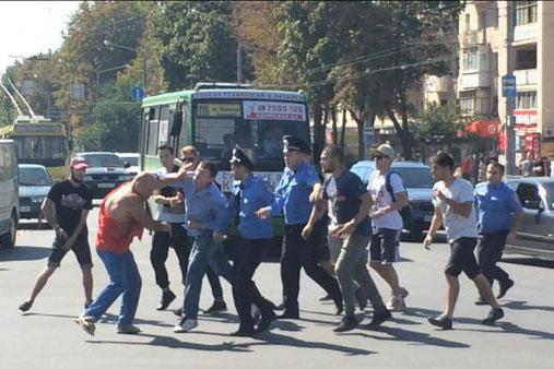 У Харкові активісти «Громадської Варти» порвали чоловіку футболку з надписом «СССР»