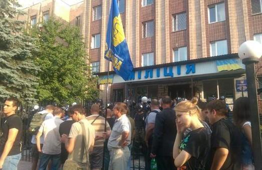 """Члени ВО """"Свобода"""" розпочали пікет біля райвідділу МВС"""
