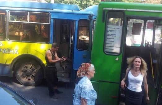 На Отакара Яроша тролейбус врізався у маршрутку (фото)