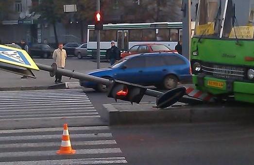 На одному з найбільших проспектів Харкова автобус звалив світлофор (фото)