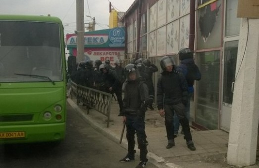 Люди у військовій формі хотіли захопити ТЦ «Барабашово»? Що це, передвиборчі погрози? (фото)