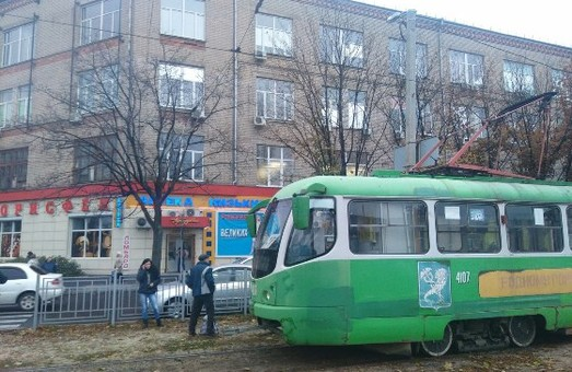 Що ні день, то черговий «дрифт». У Харкові біля Кінного ринку трамвай зійшов зі шляху