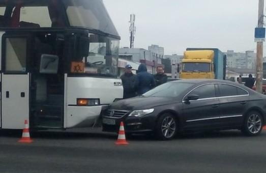 На перехресті Богдана Хмельницького та пл. Повстання легковушка «врізалася» в автобус (фото)