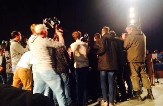 Під час громадських слухань активісти заблокували проведення заходу (фото)