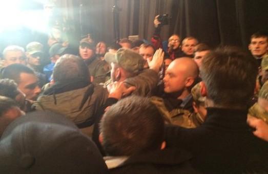 «Хлопці, Ви нас здали!», - кричала людина, яка охороняла представників міськради на сцені під час громадських слухань