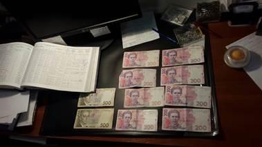 Співробітницю територіального центру МВС затримали при отриманні хабаря