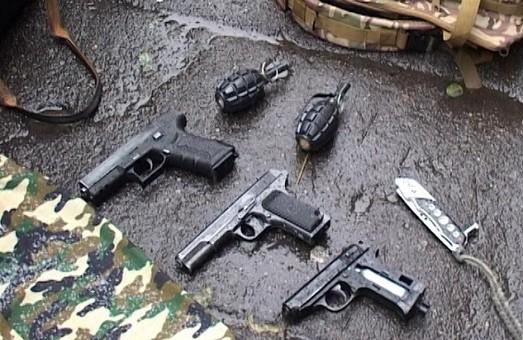 В Києві затримано молодика з арсеналом зброї (фото)