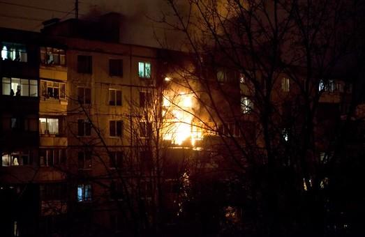 На пр. Тракторобудівників «червоний півень» охопив квартиру. Є жертви (відео)