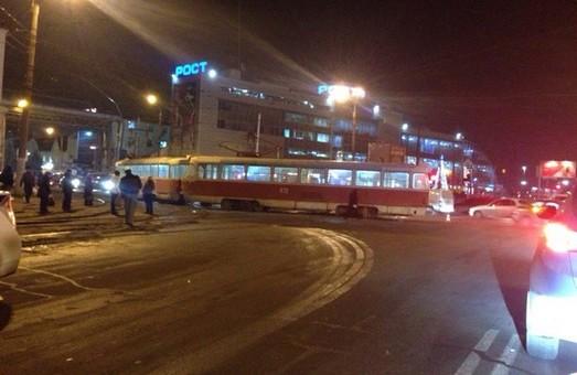 Біля станції підземки «Київська» зійшов з рейок трамвай (фото)