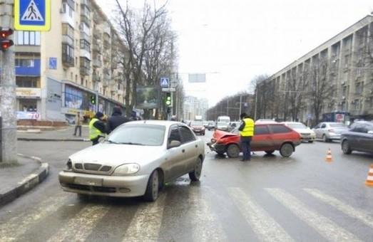 На перехресті пр. Науки та вул. Тобольської ледь не загинули водії таксі (фото)