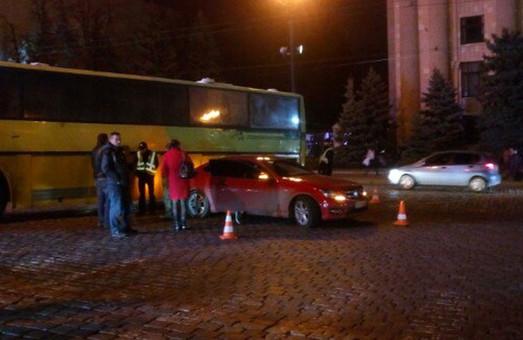 На вул. Сумській у Харкові жовтий «бус» зіткнувся з «Мерсом»