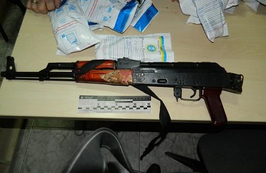 В Києві поліція затримала водіїв авто, в якому перевозилася зброя (фото)